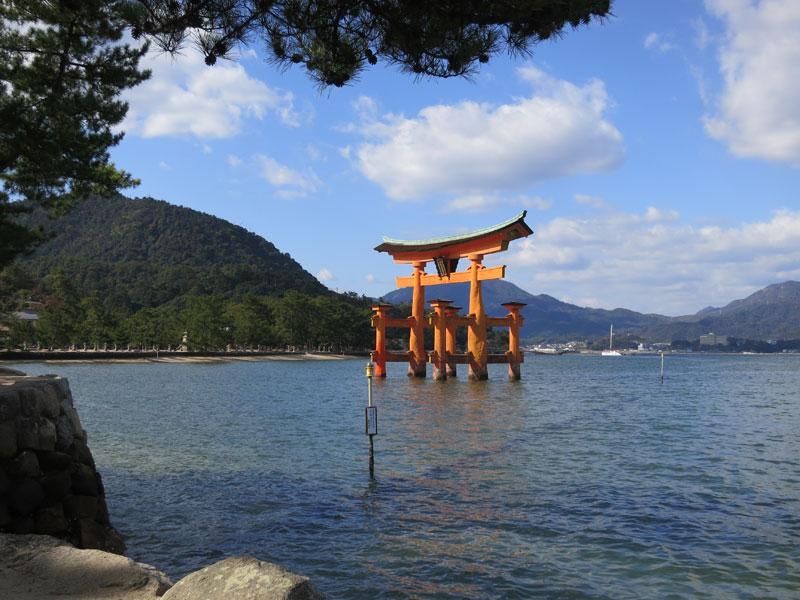 Miyajima-2017-torii-pieds-ds-leau