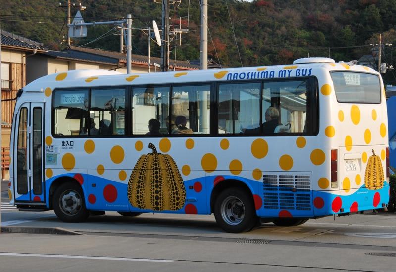 naoshima-2017-bus-yellow-pumpkin