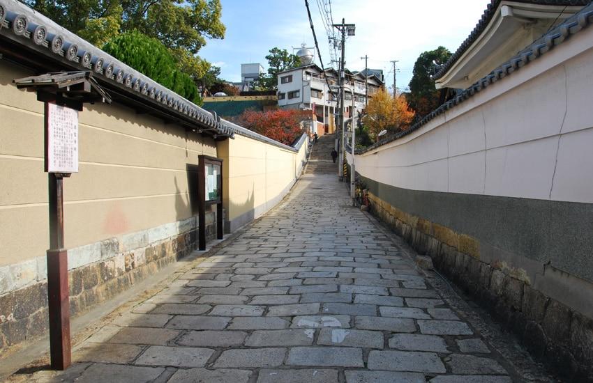 osaka-kuromon-market-ruelle temple reienji