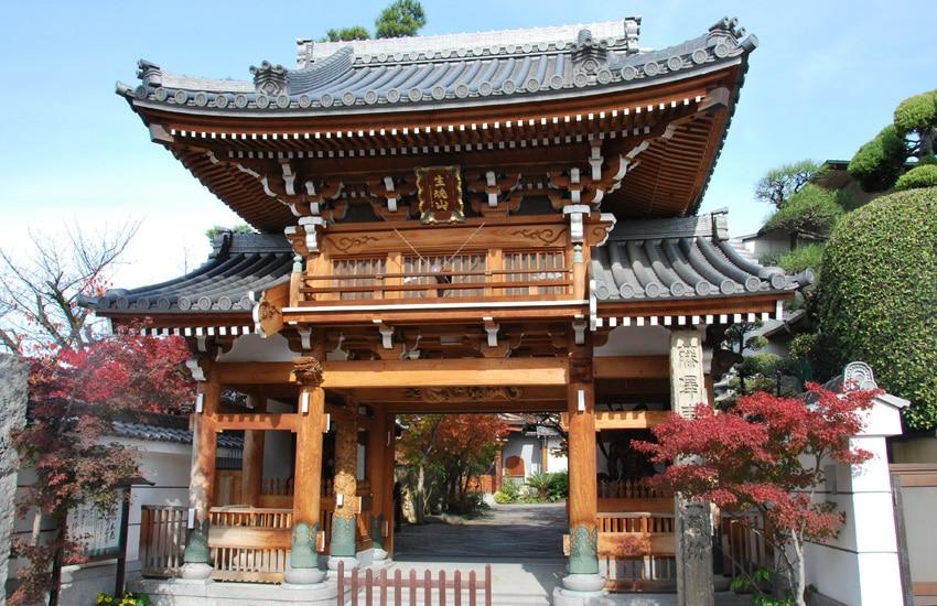 osaka-kuromon-market-temple-Reienji