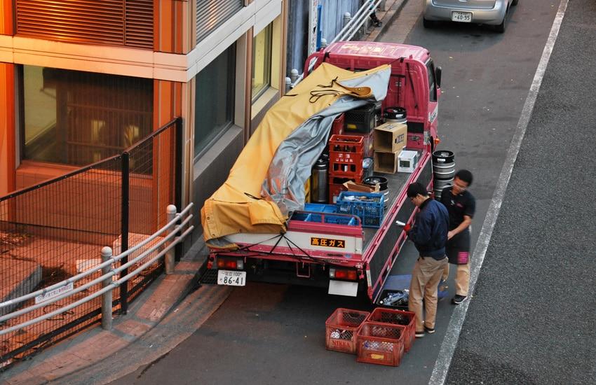 camion-rose-livraison-alcool-tokyo