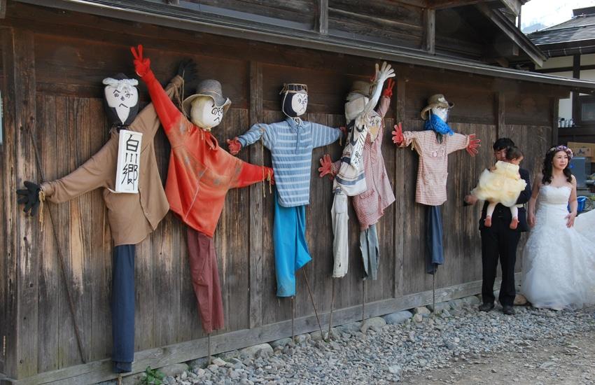 village-ogimachi-epouvantails-maries-shirakawago-2016