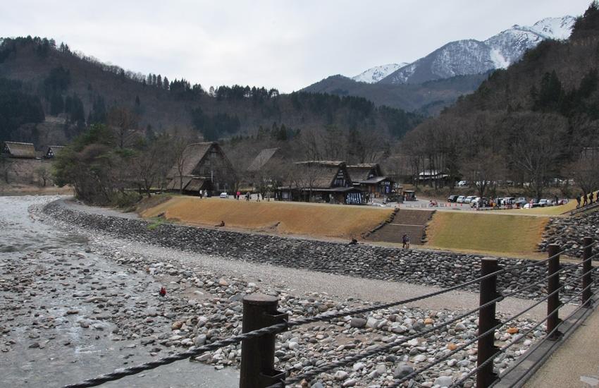 village-ogimachi-zone-arrivee-pont-shirakawago-2016
