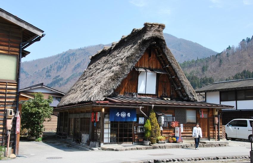 village-ogimachi-zone-arrivee-shirakawago-2016