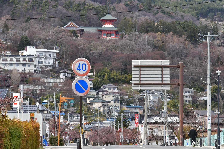 nagano-2019-temple-zenkoji-arriere-vue-montagne-et-temple