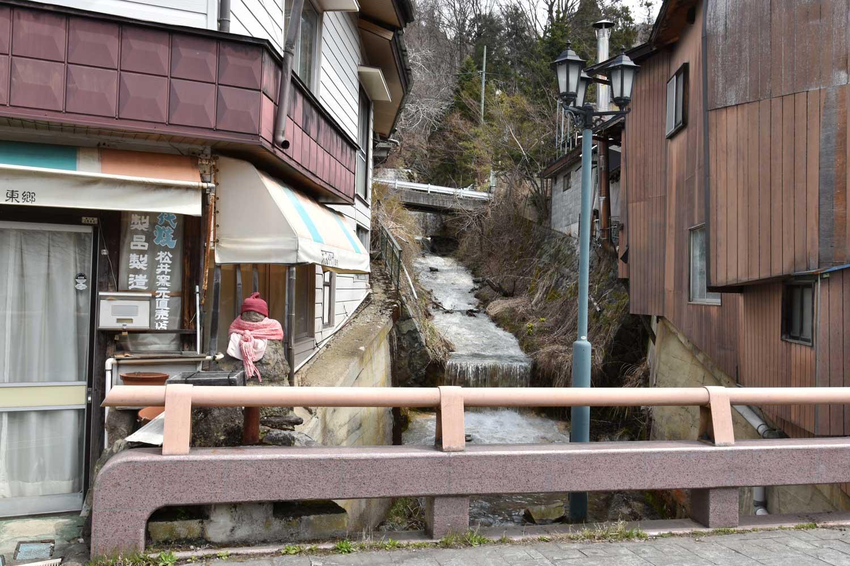 jigokudani-2019-shibu-onsen-ruelle-torrent