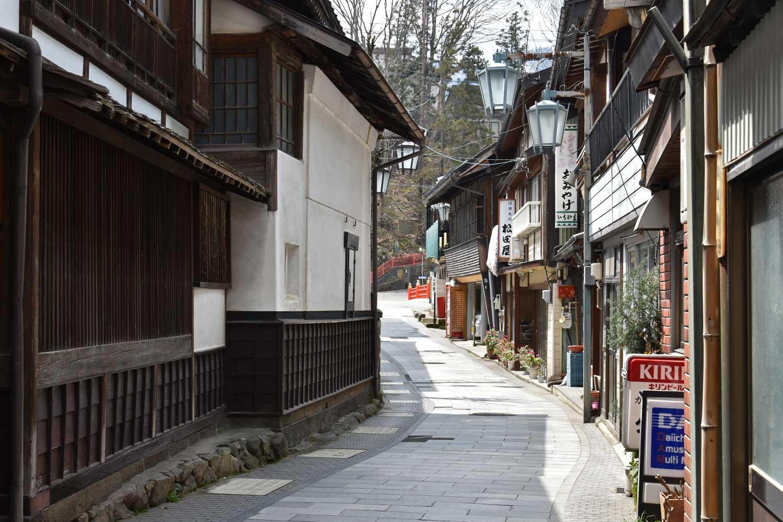 jigokudani-2019-shibu-onsen-ruelle-transversale-pont-rouge